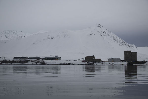 The scientific settlement of Ny-Ålesund lies at the foot of a mountain | Ny-Ålesund | Svalbard and Jan Mayen