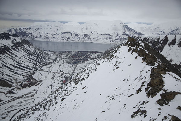 Foto van View from Sarkofagen mountain with Longyearbyen and Adventfjorden in the backgroundSarkofagen en ijsgrot hike -