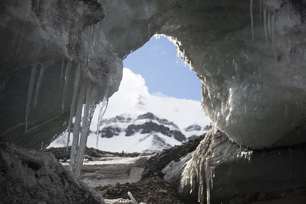 View through a hole in an ice wall in Sassendalen | Motonieve a la costa del este de Spitsbergen |