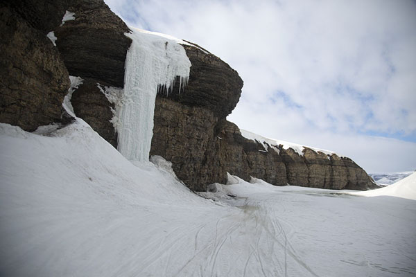 The canyon with icefall in Sassendalen | Snowmobile to Spitsbergen East Coast | 司法勒巴和燕麦言