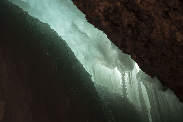 Daylight shining through the icefall in Sassendalen | Sneeuwmobiel naar Spitsbergen oostkust |
