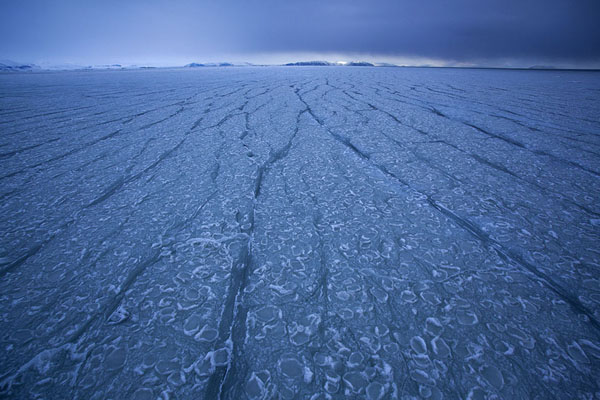 Foto de Ice formation with lines and dark clouds in the background of Storfjorden -  - Europa