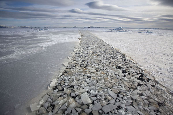 Ship leaving behind a trail of broken ice in Storfjorden | Forme di ghiaccio di Storfjorden |