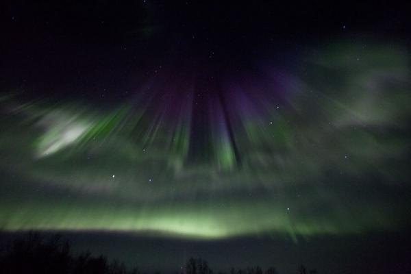 瑞典 (Fantastic display of northern light with green, purple, and white)