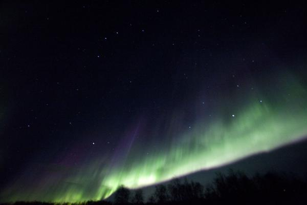 Brightly coloured green, white and purple light in the sky | Abisko aurore polaire | la Suède