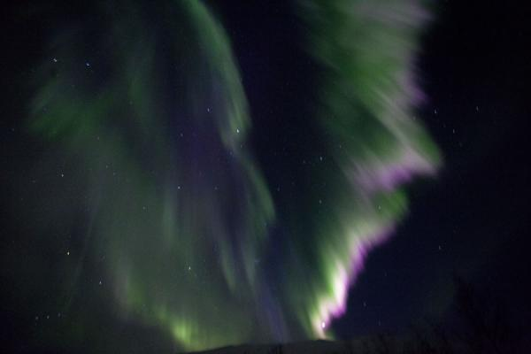 Long streaks of northern light in the evening sky | Abisko aurore polaire | la Suède