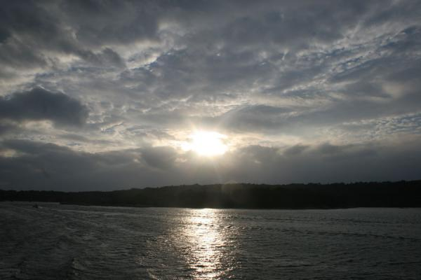 Foto de Sun peeking through the clouds above Gothenburg archipelagoArchipiélago de Gotenburgo - Suecia