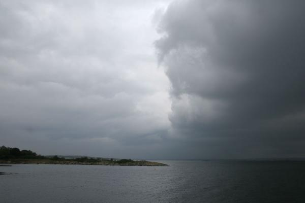 Foto de Dark clouds gathering above Gothenburg archipelagoArchipiélago de Gotenburgo - Suecia