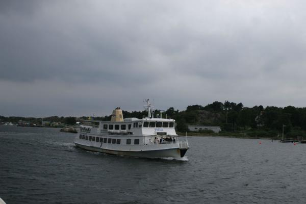 Boat plying the waters of Gothenburg archipelago | Gotenburgo | Suecia