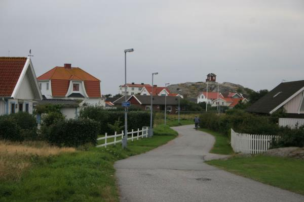 Vrångö island: street of a village on this island in Gothenburg archipelago | Gotenburgo | Suecia