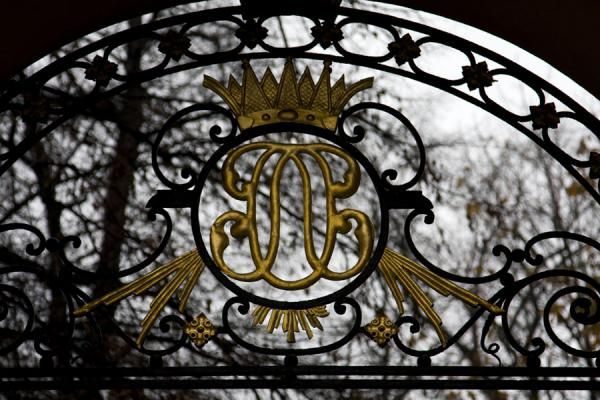 的照片 瑞典 (Royal insignia in iron above an entrance to the park of Katarina Kyrkan)