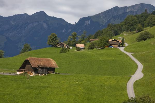 Photo de Farm houses on the lower slopes of the Stockhorn on the southern side - la Suisse - Europe