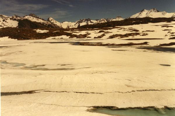 Icy lake on top of the Grimsel pass | Ciclismo in Montagna | Svizzera