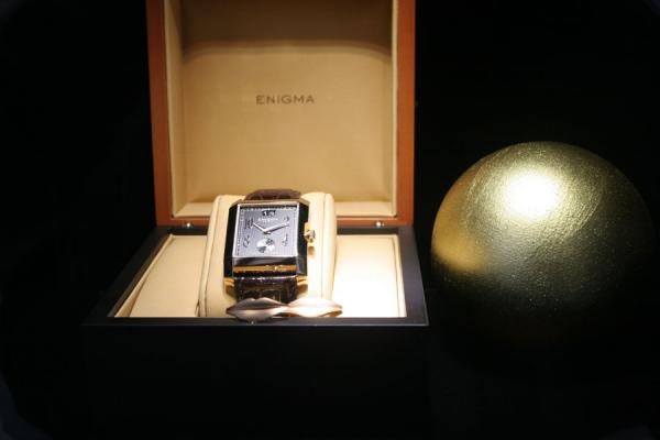 Foto di Svizzera (Watch on display in box in window in Geneva)