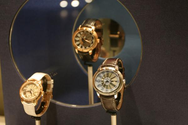 Foto de Geneva: watches on display in window of a watch shop - Suiza - Europa