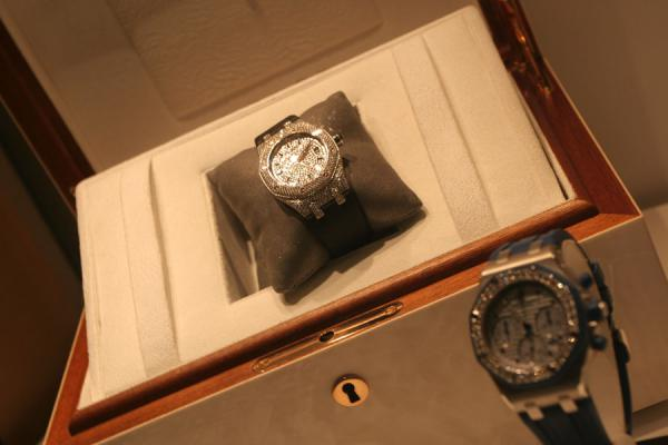 Watches trying to get the attention of the buyer in Geneva | Relojes suizos | Suiza