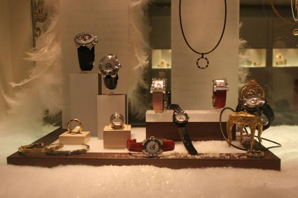 Watches in wintery decoration of window in Geneva | Relojes suizos | Suiza