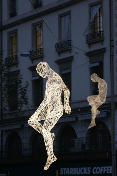 Two travellers suppended in the air | Yalil Sculptures | Switzerland