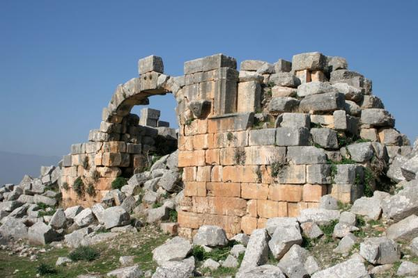 Picture of Apamea (Syria): Antioch or northern gate of Apamea, end of the cardo
