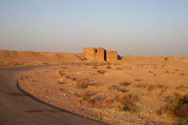 Foto van Road leading to Doura Europos with defensive wall and Palmyra GateDoura Europos - Syrië