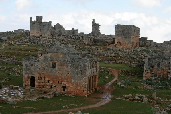 Picture of Serjilla (Syria): Overview of Serjilla: the tavern and some other buildings