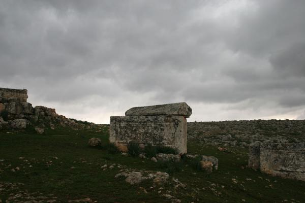 Sarcophagus with opened lid under a dark grey sky in Serjilla | Serjilla | Syrië