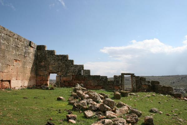 Serjilla: remains of a wall on top of the hill of this Dead City | Serjilla | Syrië