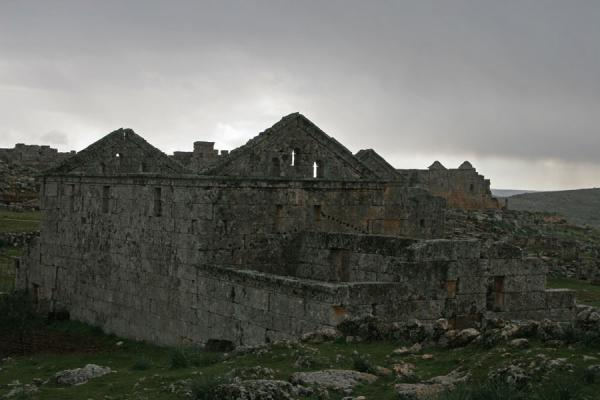 Some of the greyish houses of Serjilla under a grey sky | Serjilla | Syrië