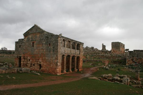 Foto van Serjilla: colonnaded tavern of this Dead City - Syrië - Azië