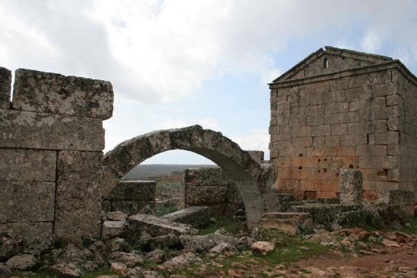 Picture of Serjilla (Syria): Serjilla: remaining arch in one of the houses