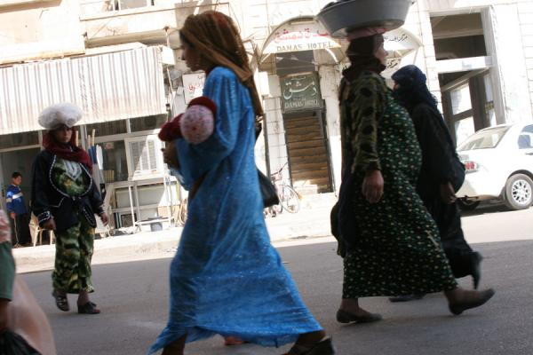 Foto van Women walking the streets of Deir es Zor on market daySyriërs - Syrië