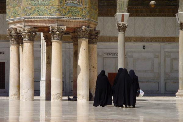 Picture of Syrian people (Syria): Veiled women at the Umayyad mosque in Damascus