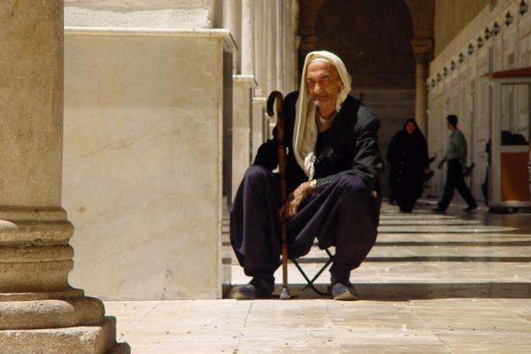Foto van Old Syrian man at the Umayyad mosque in DamascusSyriërs - Syrië