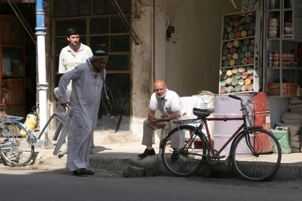 Picture of Syrian people (Syria): Syrian men having a morning chat in the streets of Deir es Zor