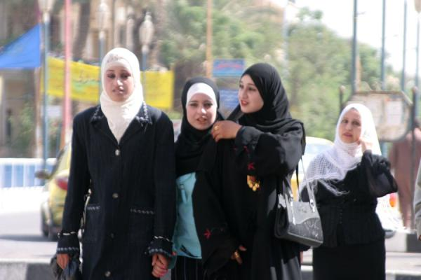 Foto van Young Syrian women crossing the streetSyriërs - Syrië