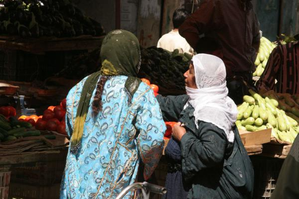 Picture of Syrian people (Syria): Syrian women buying fruits at a street stall in Deir es Zor