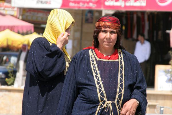 Picture of Syrian women in traditional dressesq