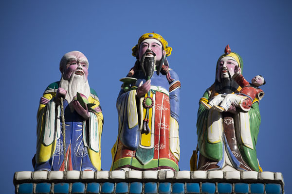 Three sculpted men on the roof of Baoan temple | Temple Dalongdong Baoan | Taiwan