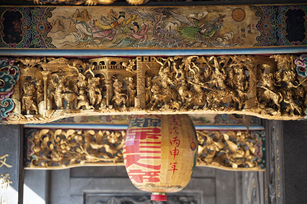Beams and lampion above the entrance of Baoan temple | Templo de Dalongdong Baoan | Taiwán