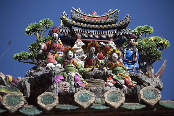 Detail of the rich decorations on the roof of Baoan temple | Temple Dalongdong Baoan | Taiwan
