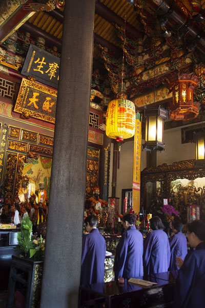 Women chanting in Baoan temple | Templo de Dalongdong Baoan | Taiwán