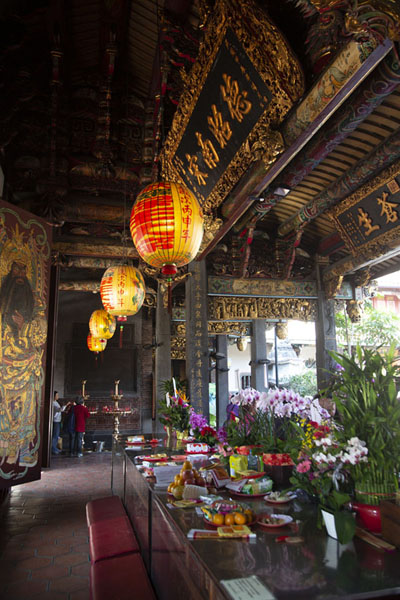 Entrance of Baoan temple with tables filled with offerings | Tempio Dalongdong Baoan | Taiwan