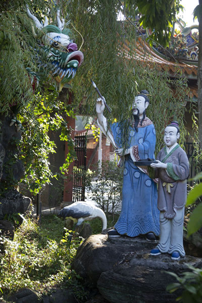 Foto van Statues with dragon in a pond in the Baoan temple compoundTaipei - Taiwan