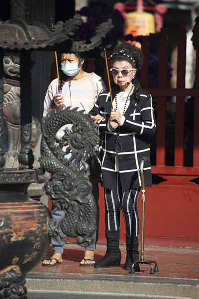 Foto van Women with incense sticks outside the templeTaipei - Taiwan