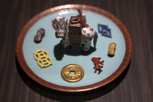 Foto di Plate with small objects on display - Taiwan - Asia