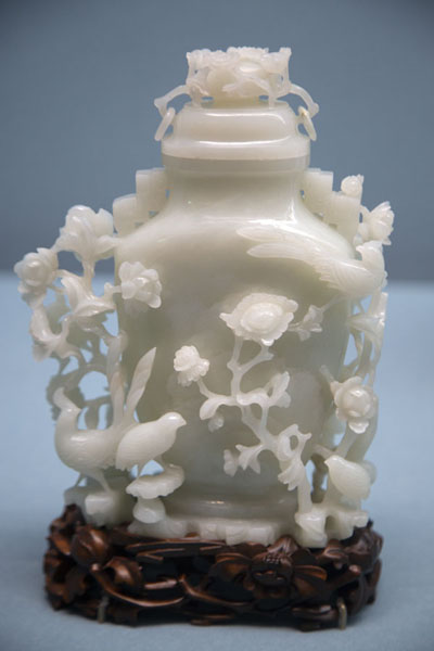Object with intricate carved figures - 台湾 - 亚洲