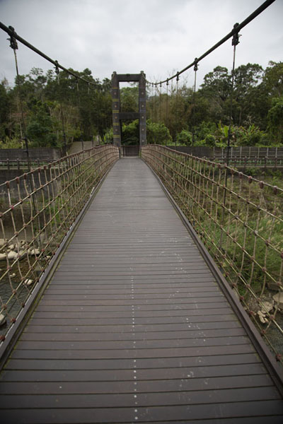 Suspension bridge crossing the Beishi river | Champs de thé de Pinglin | Taiwan