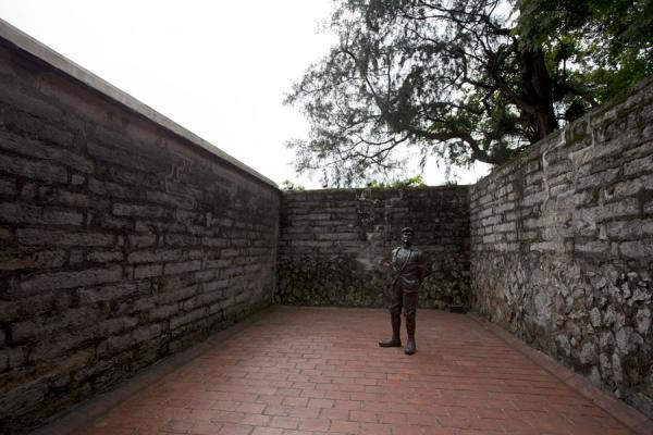 Picture of San Domingo Fort (Taiwan): Statue of Dutch person in a courtyard of Fort Antonio