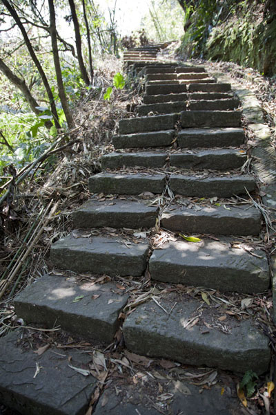 Foto de Stone steps are often found on Sandiaoling waterfall trailSandiaoling - Taiwán