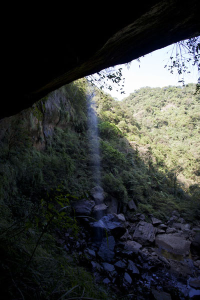 Foto de The subtle waterfall of Motian coming down from the rocky ledge aboveSandiaoling - Taiwán